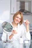 使用妇女的化妆用品 库存照片