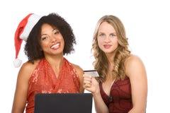 使用妇女的圣诞节膝上型计算机在线&# 库存图片