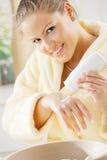 使用妇女的奶油色现有量 免版税库存图片
