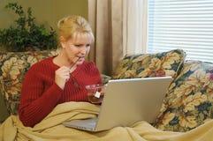 使用妇女的家庭膝上型计算机 免版税图库摄影