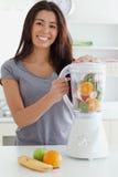 使用妇女的搅拌器悦目身分 免版税库存照片