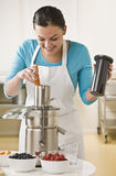 使用妇女的榨汁器 免版税库存照片