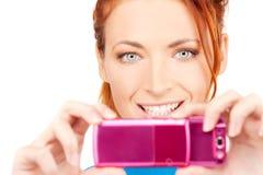 使用妇女的照相机愉快的电话 免版税库存照片