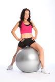 使用妇女的球美好的健身体操程序 免版税库存照片