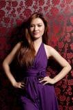 使用妇女的礼服紫色 图库摄影