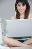 使用妇女的美丽的偶然膝上型计算机 库存图片