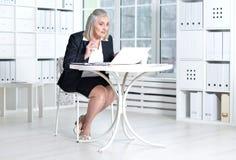 使用妇女的膝上型计算机前辈 库存图片