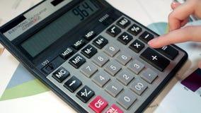 使用妇女的计算器 企业会计和金钱演算 影视素材