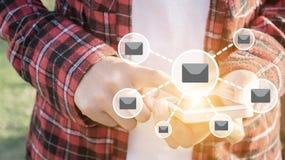 使用妇女的移动电话 电子邮件网络象,概念为连接队 库存图片