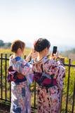 使用妇女的smartphone 免版税图库摄影