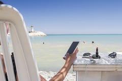使用妇女的smartphone 免版税库存图片