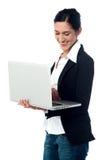 使用妇女年轻人的企业膝上型计算机 免版税库存照片