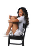 使用妇女年轻人的移动电话 免版税库存照片