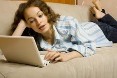 使用妇女年轻人的美丽的膝上型计算机 库存图片