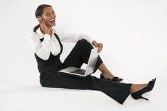 使用妇女年轻人的蓝色膝上型计算机&# 免版税库存图片