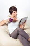 使用妇女年轻人的ipad 免版税库存图片