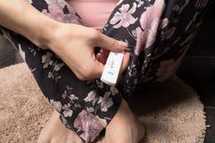 使用妊娠试验的妇女在卫生间 免版税库存图片