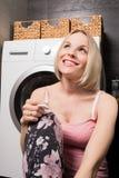 使用妊娠试验的愉快的少妇在卫生间 免版税库存照片