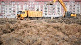 使用它的大桶,黄色挖掘机装载黏土 股票录像