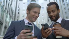 使用容易的机动性app的愉快的商人在智能手机,午休的同事 股票视频