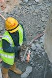 使用小型发焰装置的工作者对切开金属在建造场所 免版税图库摄影