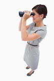 使用小望远镜的妇女侧视图  免版税库存照片