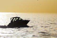 使用小船在日落 库存图片