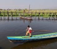使用小船的一个人在Inle湖,缅甸 免版税图库摄影