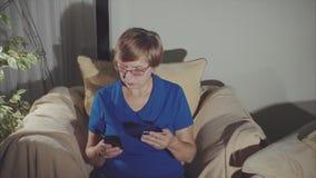 使用小配件的年长妇女画象和在网上购物的信用卡 影视素材