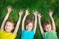 使用小组愉快的孩子户外 免版税图库摄影
