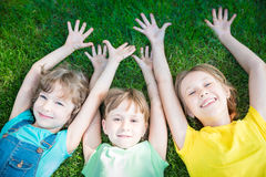 使用小组愉快的孩子户外 免版税库存照片