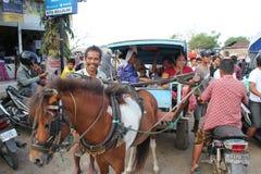 使用局部运输的二名印度尼西亚妇女Charriot在Kuta L 库存图片