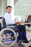使用工作者的膝上型计算机 免版税图库摄影