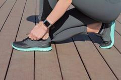 使用巧妙的手表的健身人 准备好妇女的赛跑者跑步 体育,活跃生活方式概念 免版税库存照片