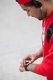 使用巧妙的手表的年轻黑人 库存图片