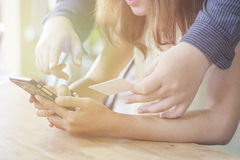 使用巧妙的电话和拿着作为网上购物的信用卡 库存图片