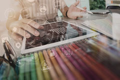 使用巧妙的电话和数字式片剂和膝上型计算机估计的设计师 免版税库存照片