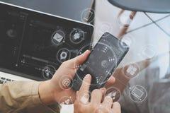 使用巧妙的电话和数字式片剂计算机的手网上ba的 免版税库存图片