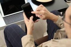 使用巧妙的电话和数字式片剂计算机的手网上ba的 库存照片