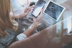 使用巧妙的电话和数字式片剂计算机的深色的妇女  免版税库存照片