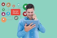 使用巧妙的电话和片剂个人计算机的人的数字式综合图象由社会媒介图表 库存图片