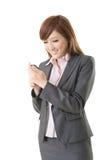 使用巧妙的电话的亚洲人的妇女 库存图片