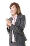 使用巧妙的电话的亚洲人的妇女 免版税库存照片