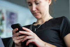 使用巧妙的电话的女实业家画象 免版税库存照片