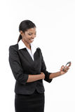 使用巧妙的电话的女实业家 库存图片