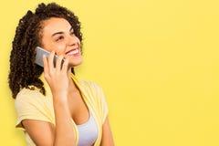 使用巧妙的电话的微笑的女实业家的综合图象,当看时 免版税库存图片