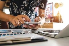 使用巧妙的电话的手流动付款网上购物的, omni渠道,开会 免版税库存图片