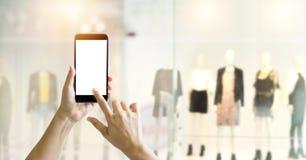 使用巧妙的电话的手网上购物的 免版税库存图片