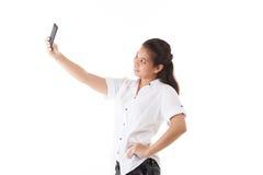 使用巧妙的电话的秀丽亚裔妇女 免版税库存图片