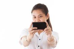 使用巧妙的电话的秀丽亚裔妇女 图库摄影